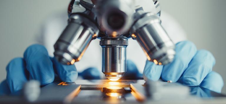 lekarz używający mikroskopu